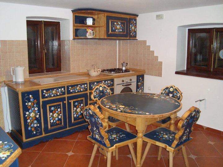 Gemalte Möbel in Cisnădioara, bewundert und verkauft auf der ganzen welt