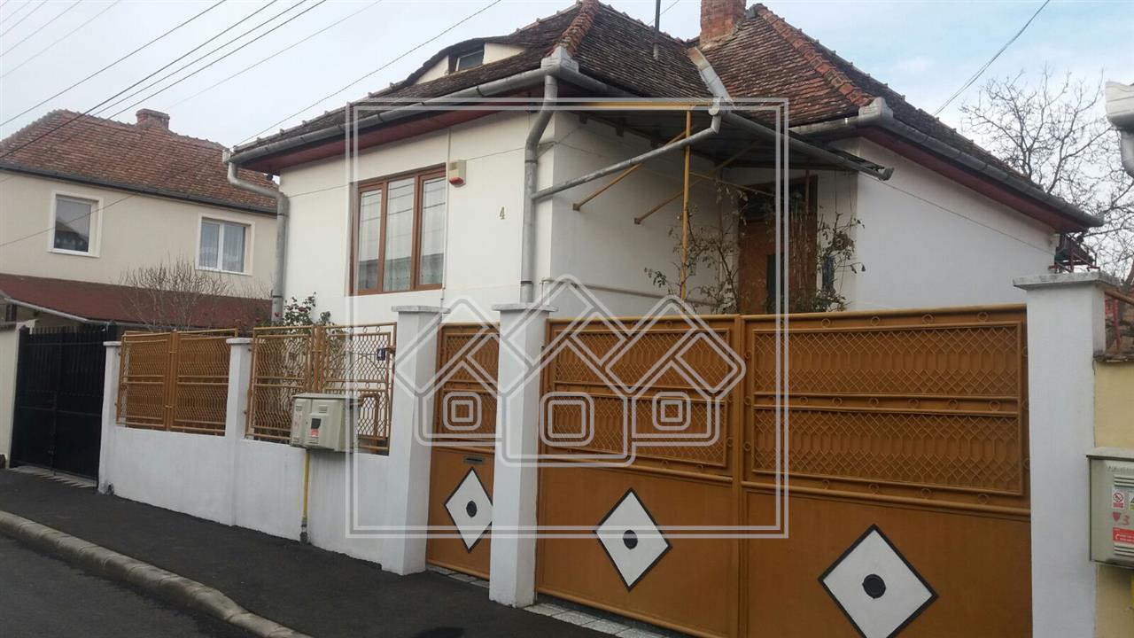 Casa individuala de vanzare, curte 200 mp, zona Piata Cluj